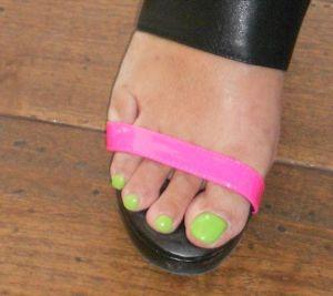 Ongles Fluo, assortis aux chaussures. SanLiTun 23 mai 2012