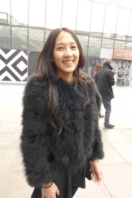Juste charmante. J'ai beaucoup aimé le manteau en plumes, une alternative plus chic et plus aérienne aux lourds manteaux d'hiver, et plus chic que les doudounes!