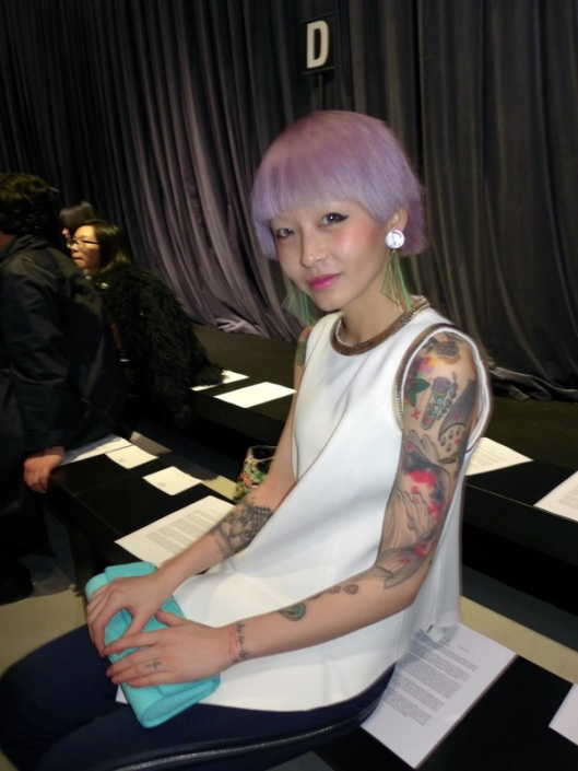 Cotton candy hair and colored arms, she looked like a Fashion Fairy... I loved her style!