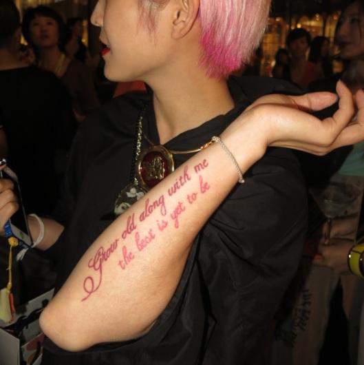 未然QueenD and her poetic manifesto on her arm.
