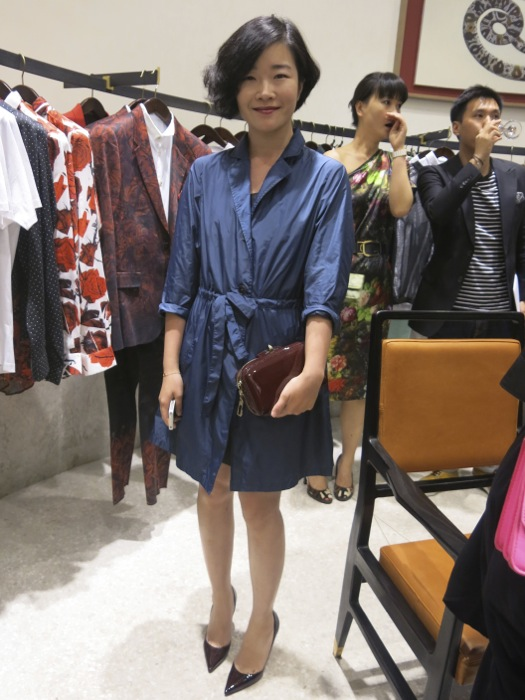 I loved the taffetas blue dress paired with the classic patent brown bag. Very chic.
