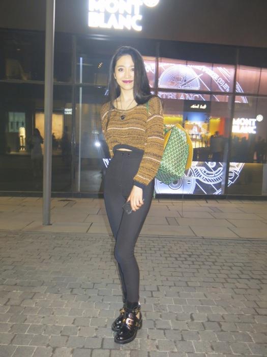 Shasha Han, again! avec fourreau de ski, biker de Balenciaga et sac a dos Goyard édition limitée vert. Parfaite. Again. Belle du Jour.