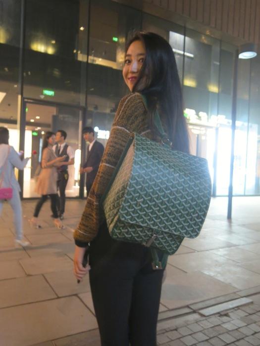 Shasha et son sublime Goyard. Et pourtant, je deteste les sacs a dos!