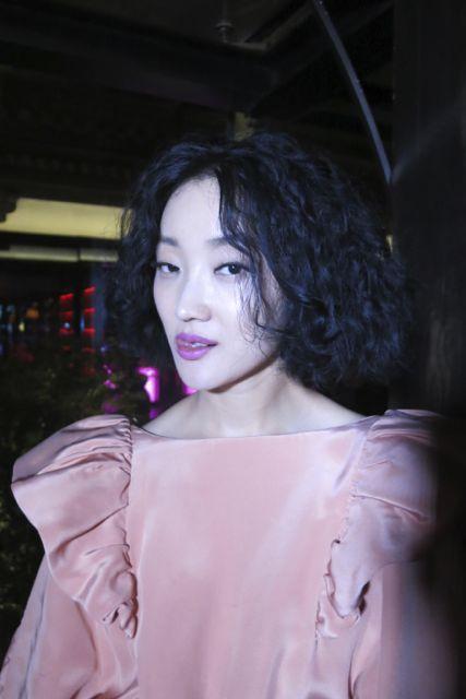 Zhang Yao, une présentatrice de télévision dans une robe de Victor & Rolf. Je pensais la robe Vintage des années 80!