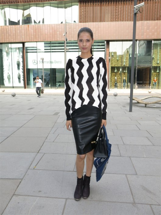 I loved the proportions between her leather skirt and the flat ankle boots. Belle du Jour.