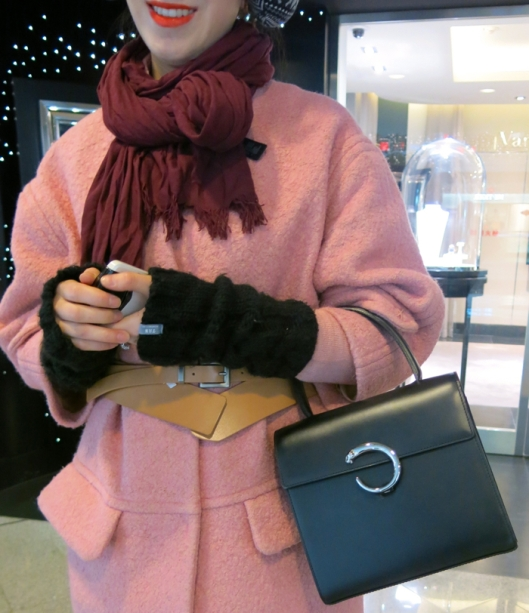 I loved the contrast of the girly coat and ladylike bag.