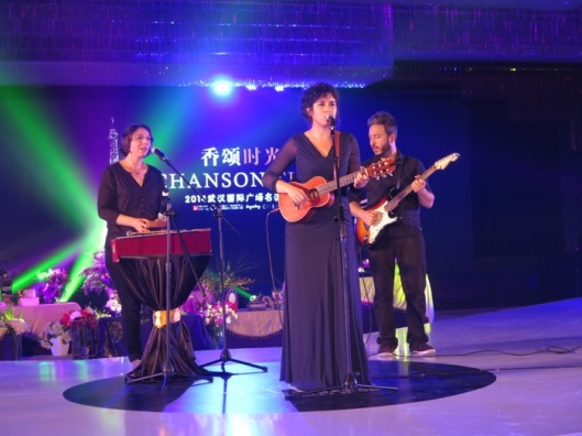 Laura Cahen singing in Wuhan