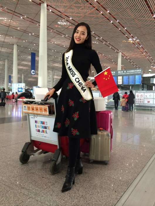 Du Yang this morning at Capital Airport in Beijing on her way to London. She is wearing a skirt by Christopher Bu and Stella Luna low-boots.